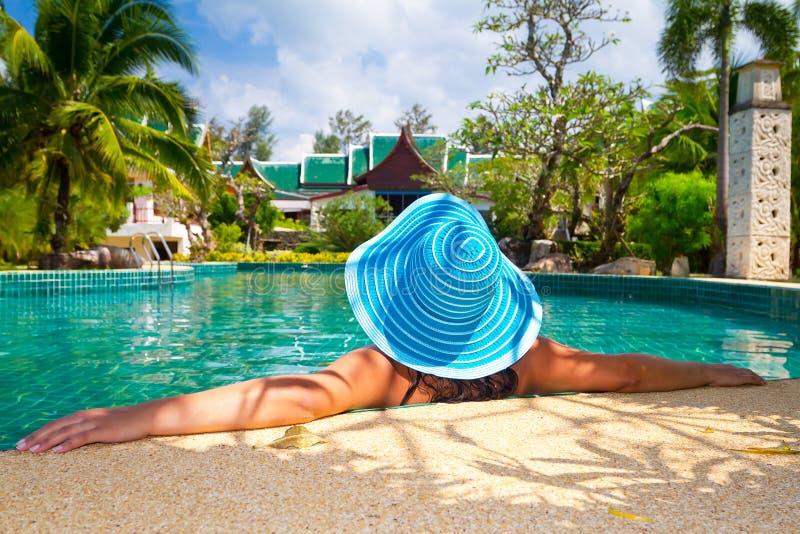 Vrouw In Hoed Het Ontspannen In Tropische Toevlucht Stock Foto's