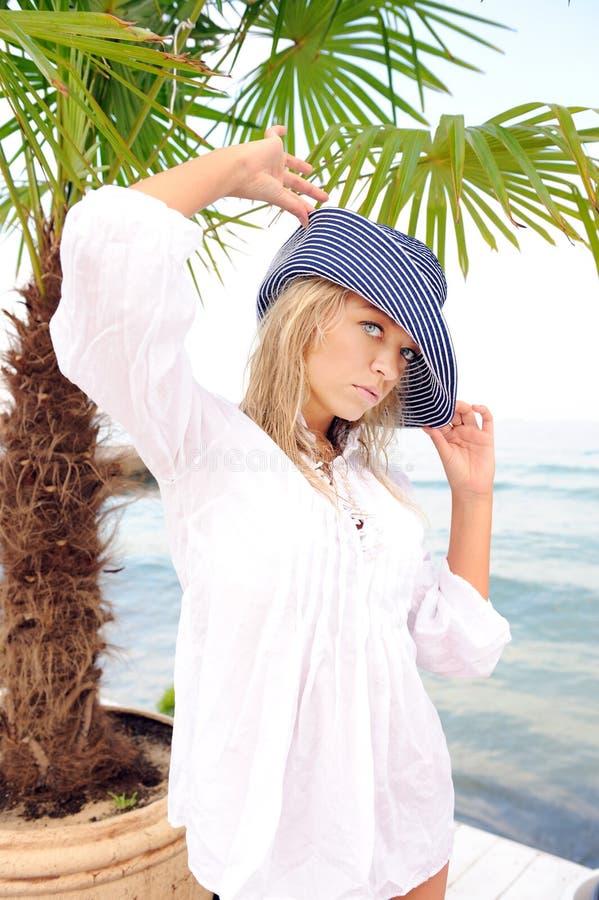 Vrouw in hoed op overzees strand. royalty-vrije stock foto