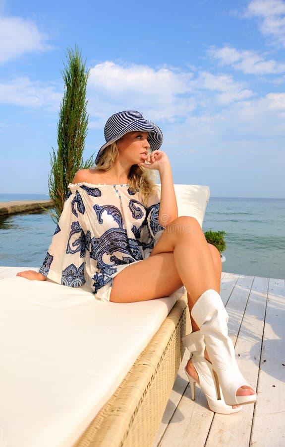 Vrouw in hoed op overzees strand. royalty-vrije stock afbeeldingen