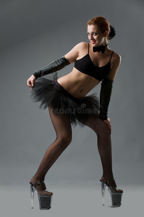 Vrouw in hoge hielenschoenen en zwarte korte rok stock fotografie
