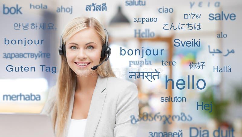 Vrouw in hoofdtelefoon over woorden in vreemde talen royalty-vrije stock afbeelding