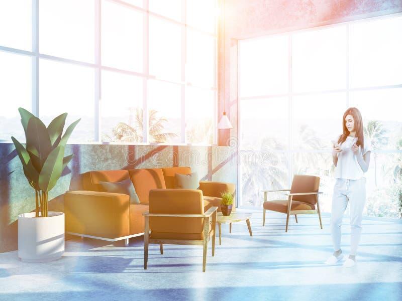 Vrouw in hotelreeks bij tropische toevlucht stock foto's