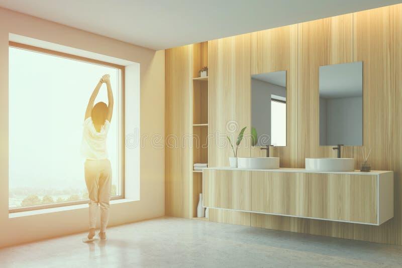Vrouw in houten badkamers in ochtend royalty-vrije stock afbeeldingen
