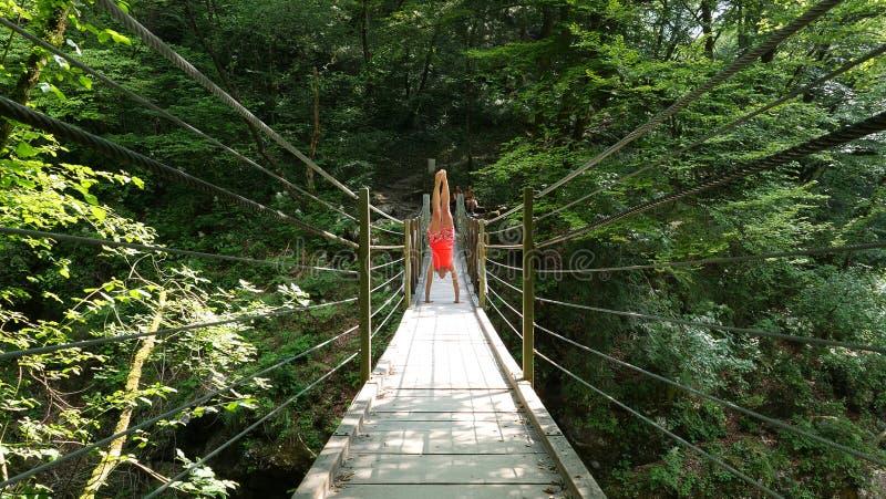 Vrouw in houten hangbrug stock afbeeldingen
