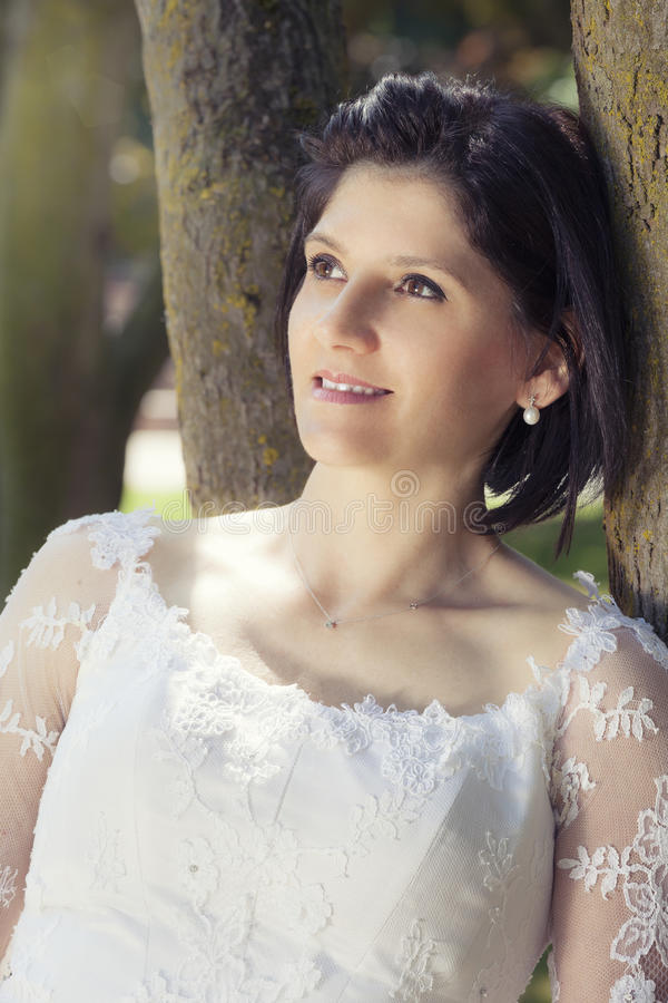 Vrouw in huwelijks witte kleding in openlucht royalty-vrije stock afbeeldingen