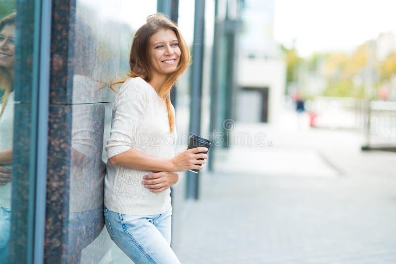 Vrouw 30 jaar het oude lopen in de stad op een zonnige dag royalty-vrije stock afbeelding