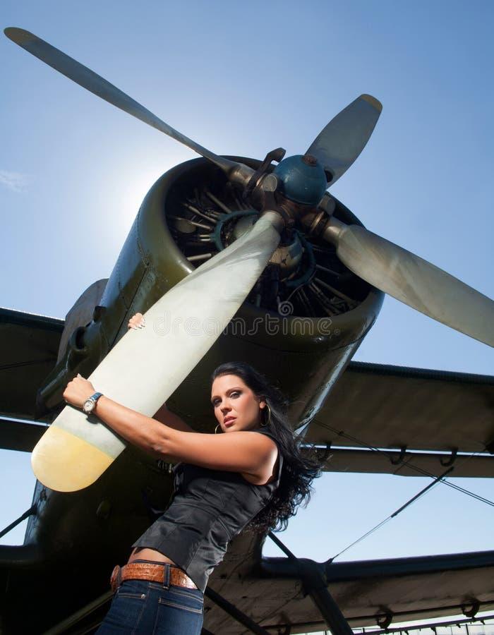 Vrouw in jeans en vliegtuigen stock afbeelding