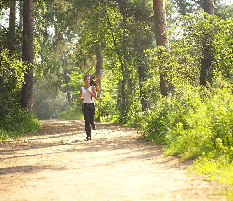 Vrouw jogger in platteland royalty-vrije stock afbeelding
