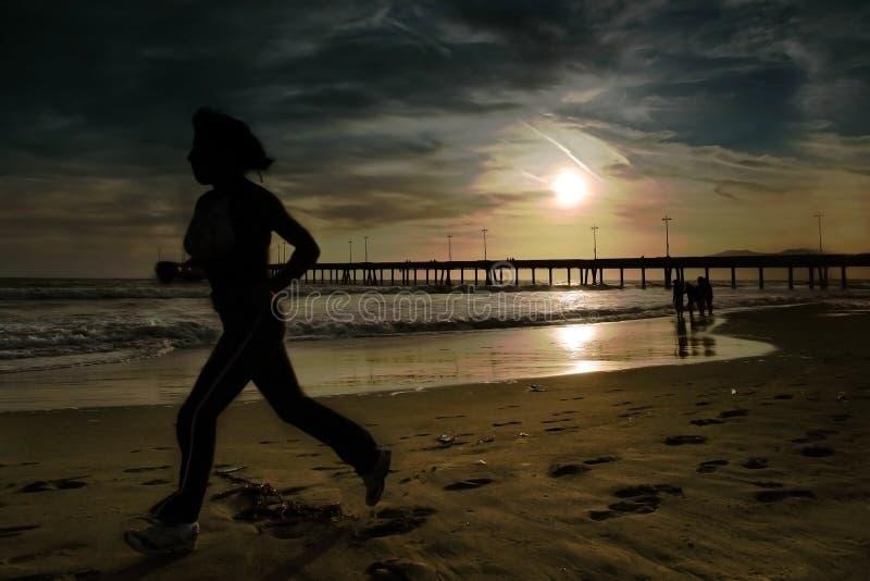 vrouw joggs op het strand royalty-vrije stock foto