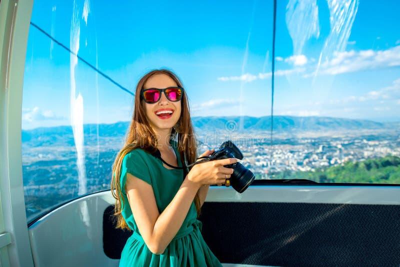 Vrouw in kabelwagen met cityscape mening royalty-vrije stock fotografie