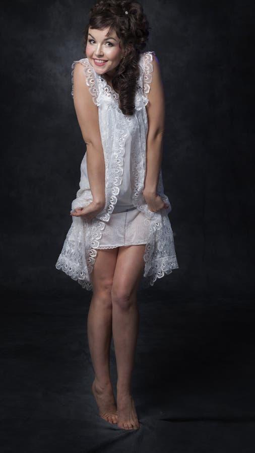 Vrouw in kantkleding stock fotografie