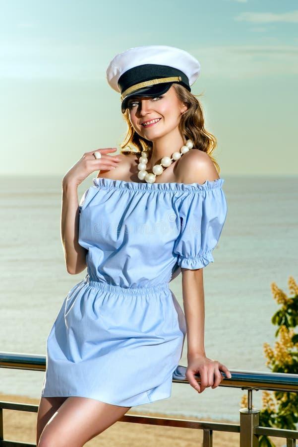 Vrouw in kapiteinshoed stock foto's