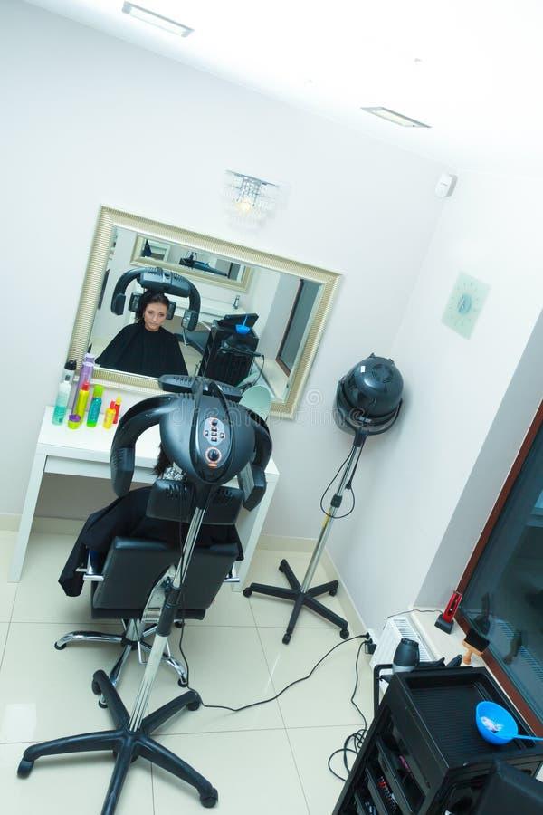 Vrouw in kapper, drogend haar onder machine royalty-vrije stock foto