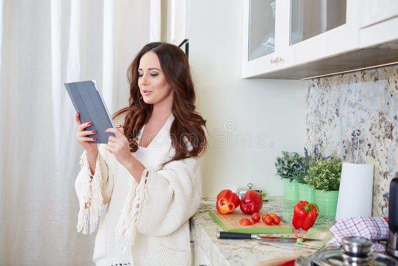 Vrouw in keuken stock afbeeldingen