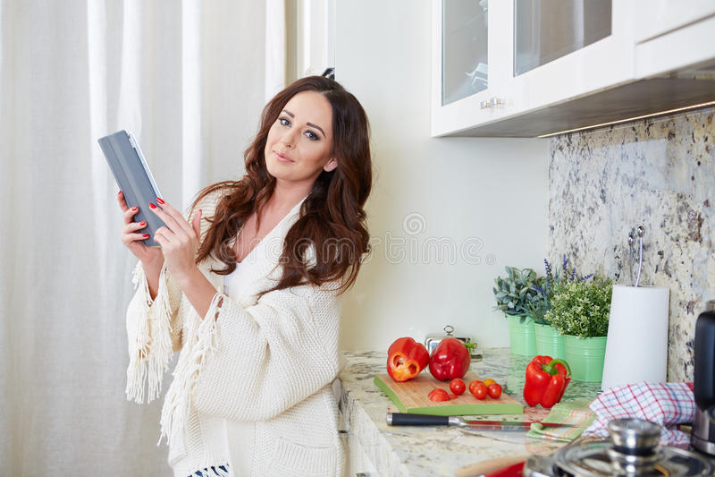 Vrouw in keuken stock foto