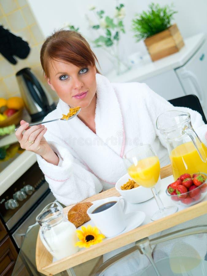 Vrouw in Keuken stock fotografie