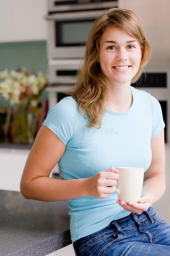 Vrouw in Keuken royalty-vrije stock foto's
