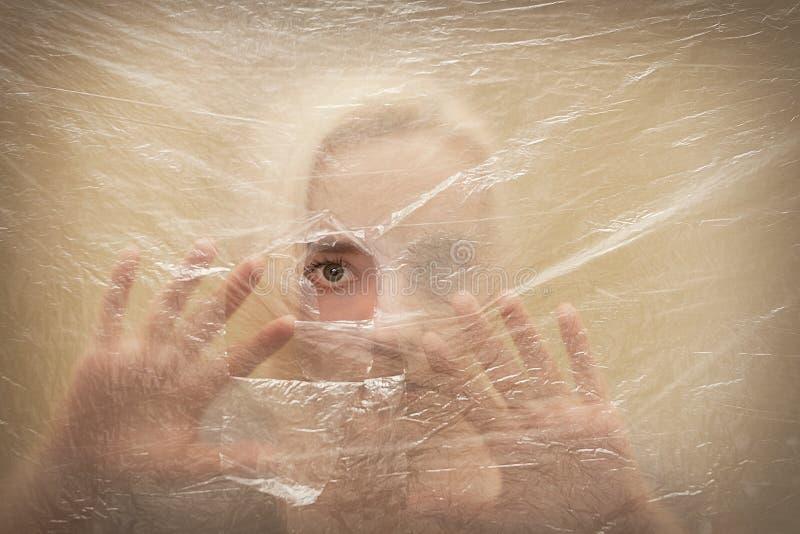 Vrouw kijken die die door gat wordt doen schrikken stock afbeelding