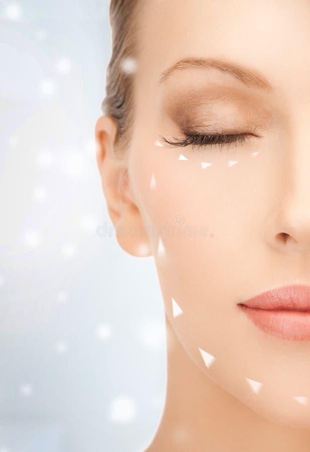 Vrouw klaar voor kosmetische chirurgie stock afbeeldingen