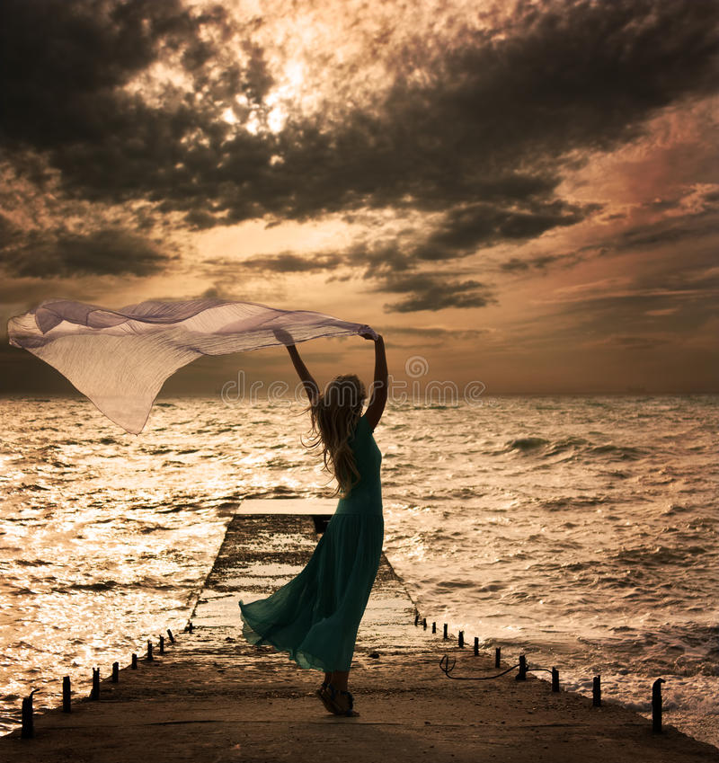 Vrouw in Kleding met op zee Stof stock fotografie