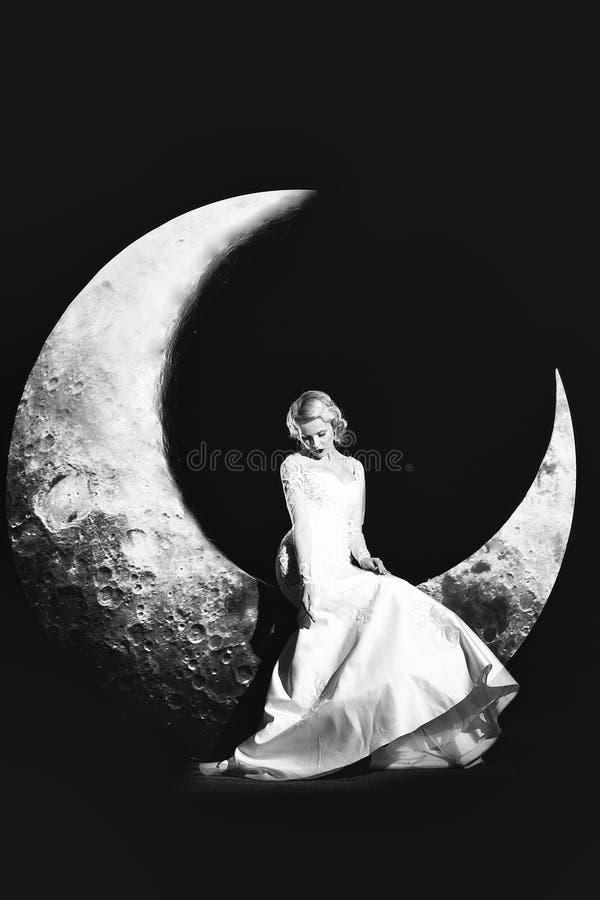 Vrouw in kleding op maan stock afbeeldingen