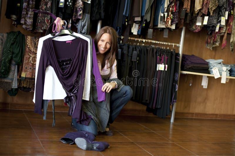 Vrouw in klerenopslag stock fotografie