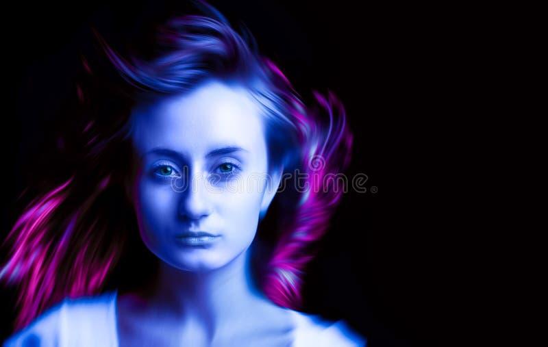 Vrouw in kleurrijke heldere neon blauwe en purpere lichten stock afbeelding