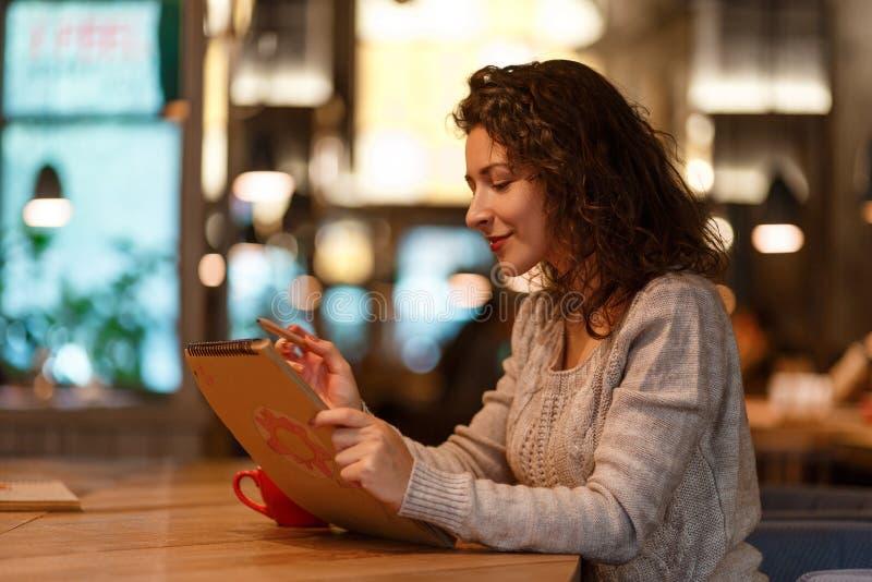 Vrouw in koffie stock fotografie