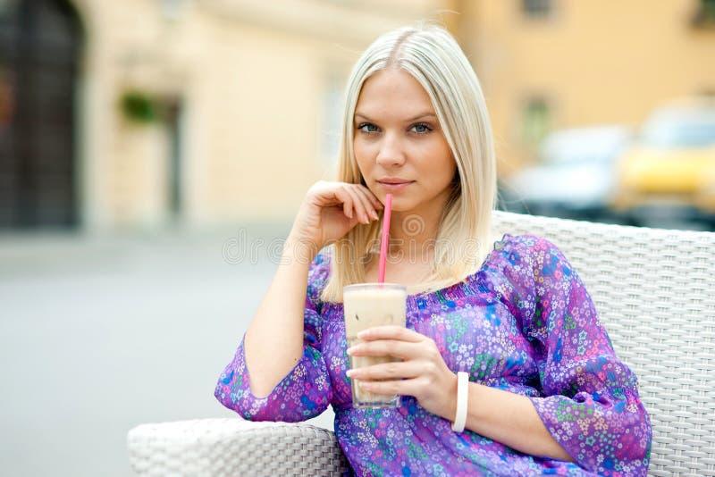 Vrouw in koffie royalty-vrije stock afbeeldingen