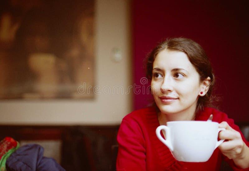 Vrouw in koffiewinkel stock foto