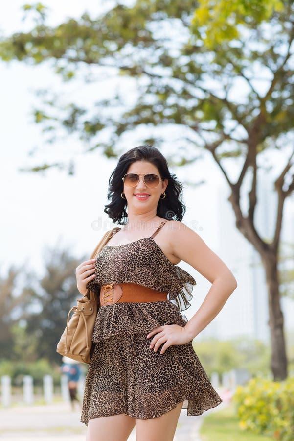 Vrouw in korte luipaardkleding royalty-vrije stock foto's