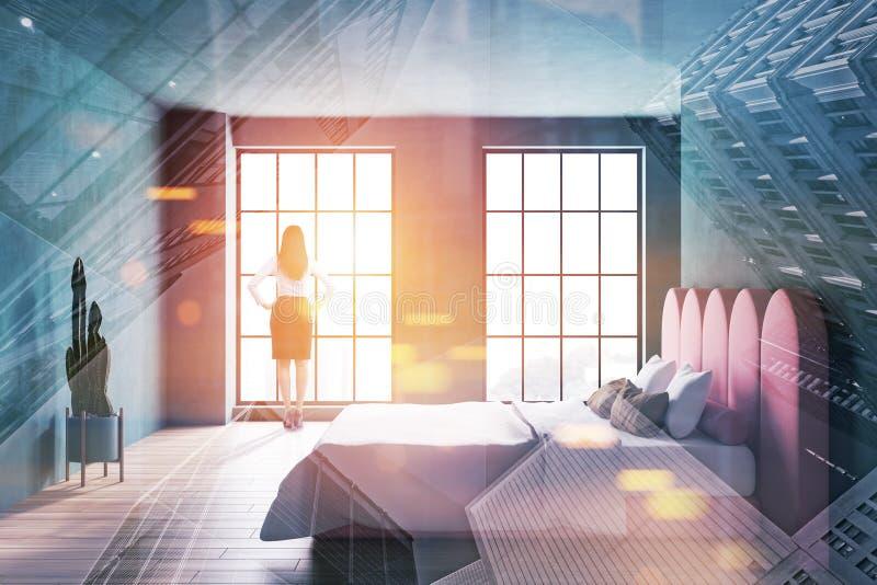 Vrouw in kostuum in donkergroen slaapkamerbinnenland stock afbeeldingen