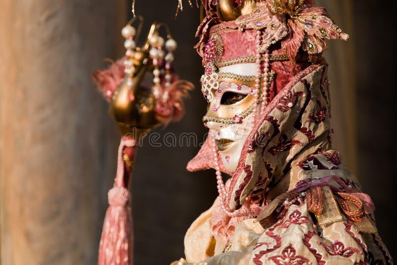 Vrouw In Kostuum Op Venetiaans Carnaval Redactionele Fotografie