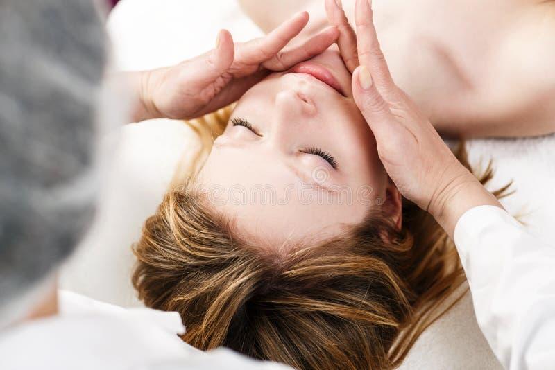 Vrouw in kuuroordsalon die gezichtsbehandeling krijgen royalty-vrije stock foto's