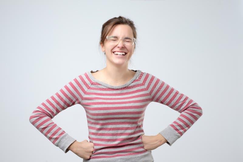 Vrouw lachen die met perfecte glimlach en witte tanden glimlachen die gelukkig kijken royalty-vrije stock afbeeldingen