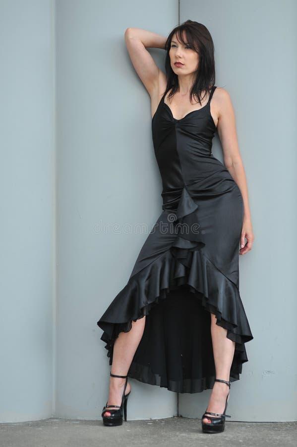 Vrouw in lang zwarte kleding royalty-vrije stock foto