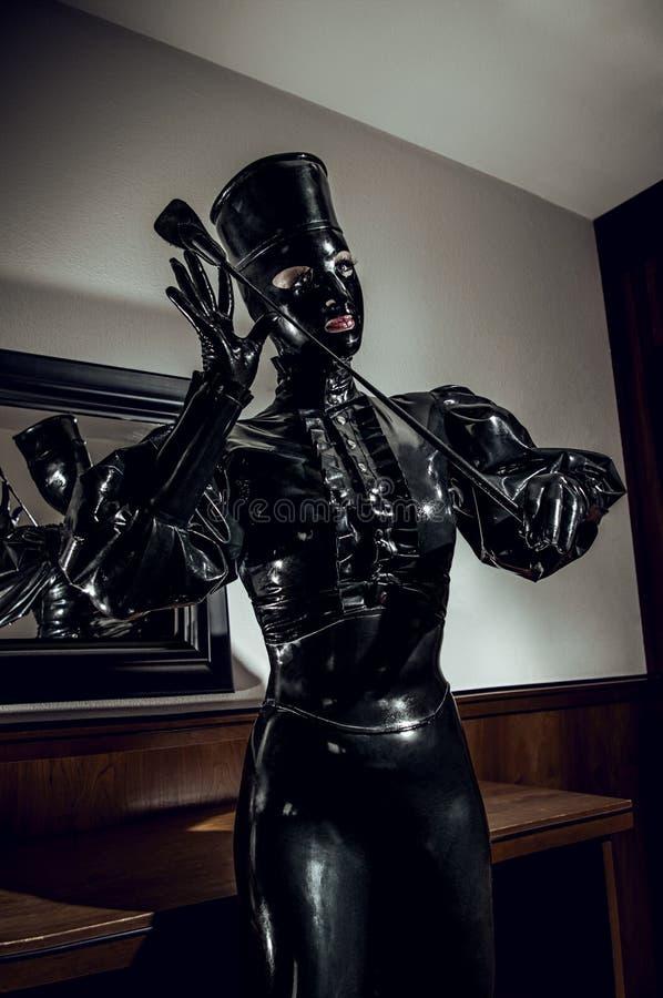 Vrouw in latex fetsih zwart kostuum royalty-vrije stock afbeelding