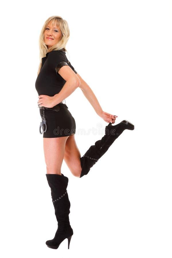 Vrouw in latex met handcuffs op wit royalty-vrije stock foto