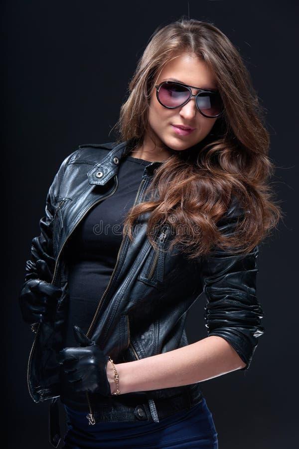 Vrouw in leerjasje en zonnebril stock fotografie
