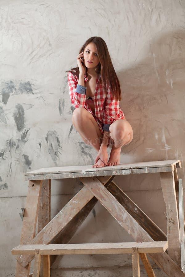 Vrouw in lege flat stock afbeeldingen
