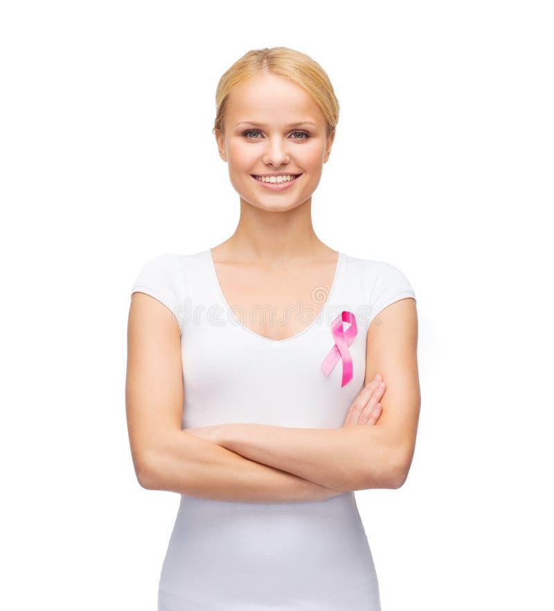 Vrouw in lege t-shirt met roze kankerlint royalty-vrije stock fotografie