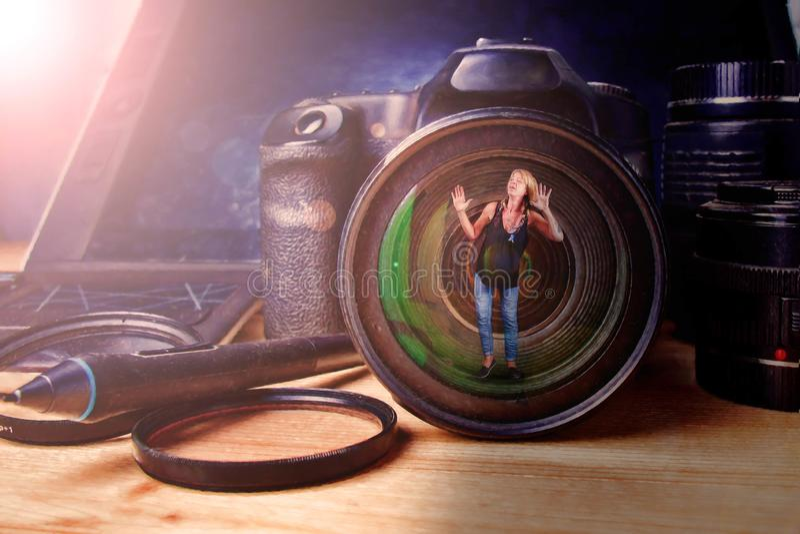Vrouw in lens stock fotografie