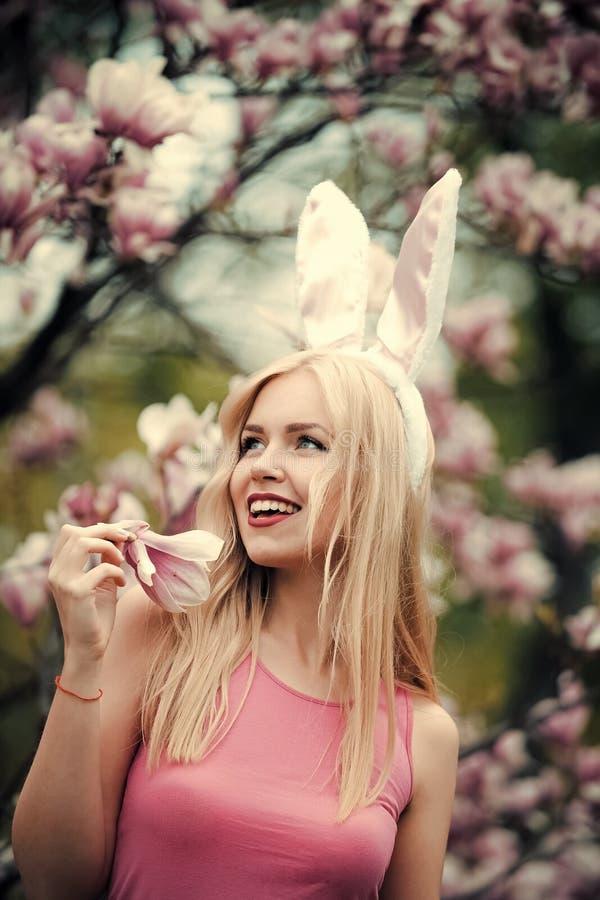 Vrouw of leuk meisje gelukkig met magnoliabloem stock afbeeldingen