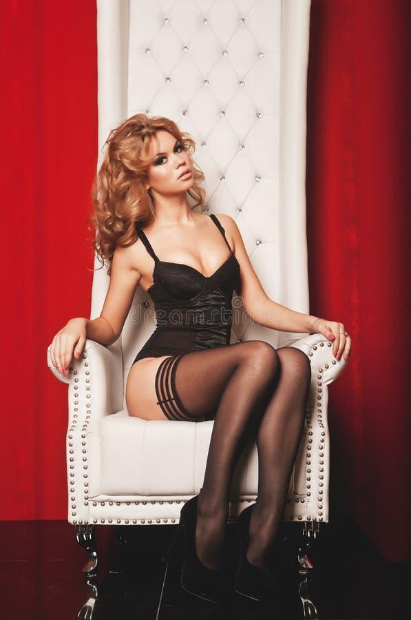 Download Vrouw In Lingeriezitting Op Troon Stock Afbeelding - Afbeelding bestaande uit kousen, meisje: 39110751
