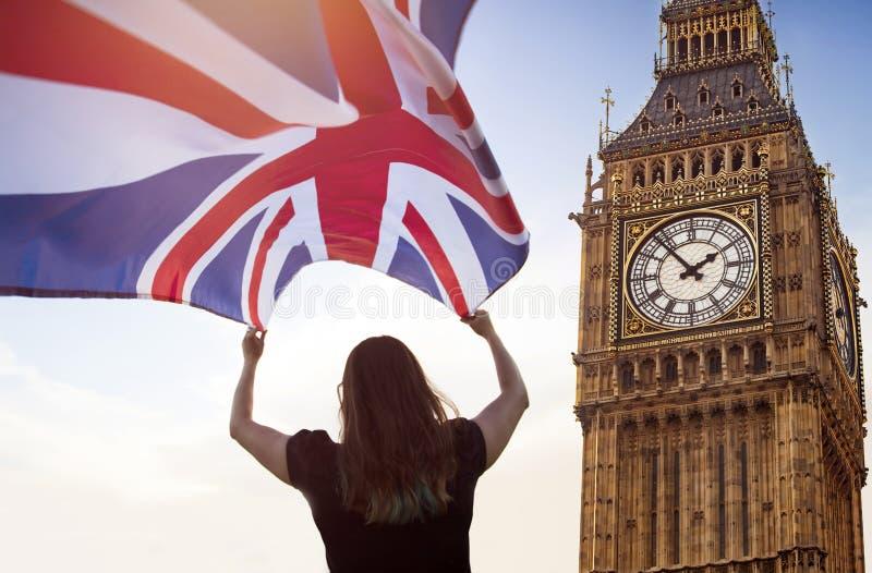 Vrouw in Londen met een vlag stock foto's