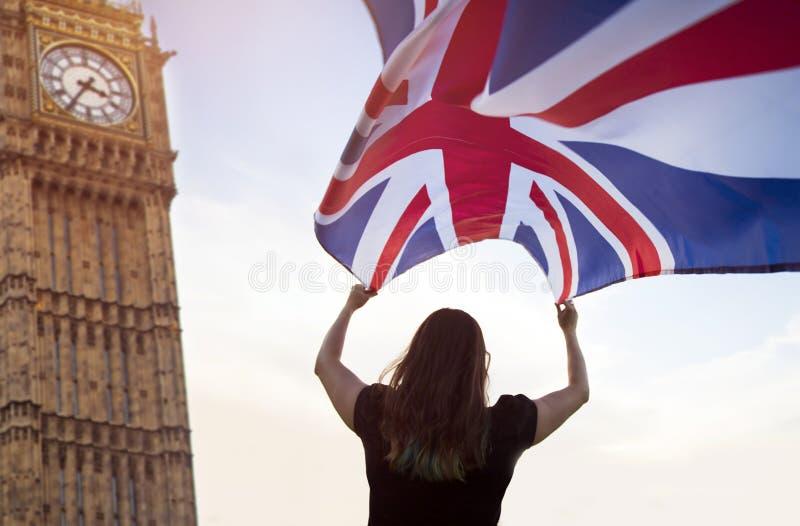 Vrouw in Londen met een vlag stock afbeelding