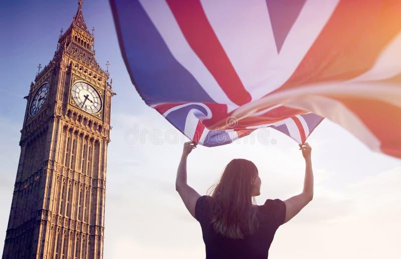 Vrouw in Londen met een vlag stock afbeeldingen