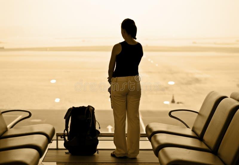 Vrouw in luchthaven stock afbeeldingen