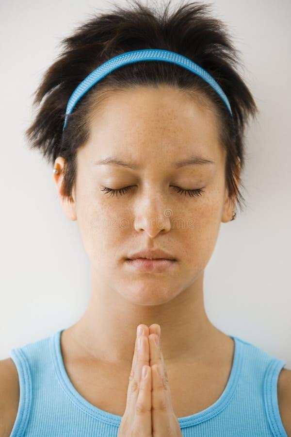 Vrouw in meditatie stock afbeelding