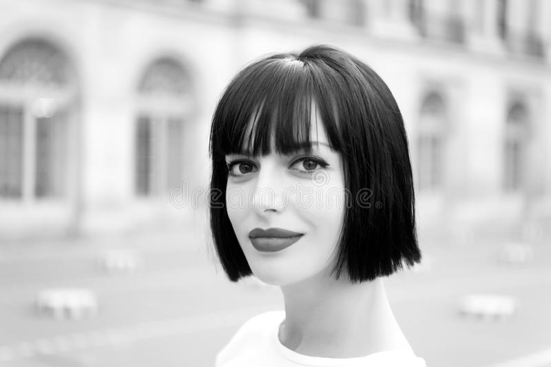 Vrouw of meisje met rode lippen in Parijs, Frankrijk stock fotografie